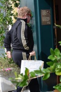 Elton John被拍到揚言杯葛後卻提著D&G的紙袋(圖片:nydailynews.com)