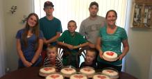 克萊因夫婦特地製作蛋糕送給同運組織。(圖片:Daily Signal)