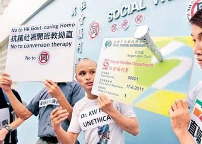 同運在會場外抗議,稱康醫生進行「拗直治療」(圖:蘋果日報)